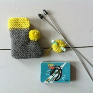 What you need for knitting of babyshoes: wool, knitting needles and a pompom maker